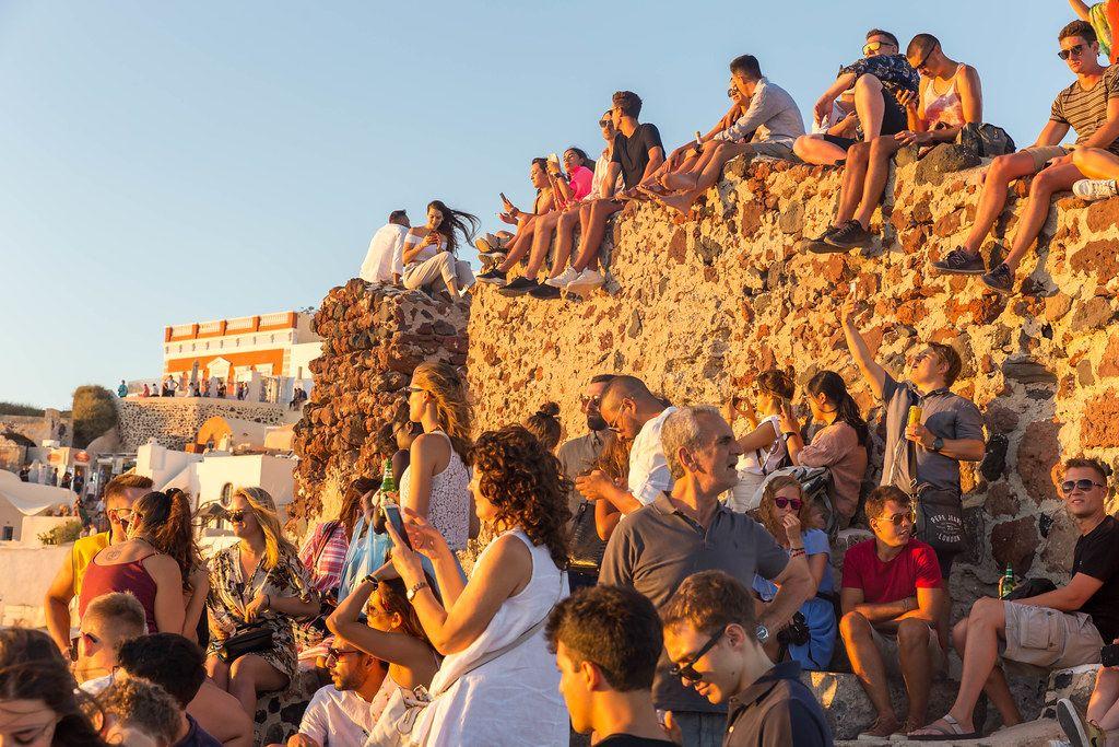 Santorini: viele Touristen treffen sich am Abend, um den berühmten Sonnenuntergang zu beobachten