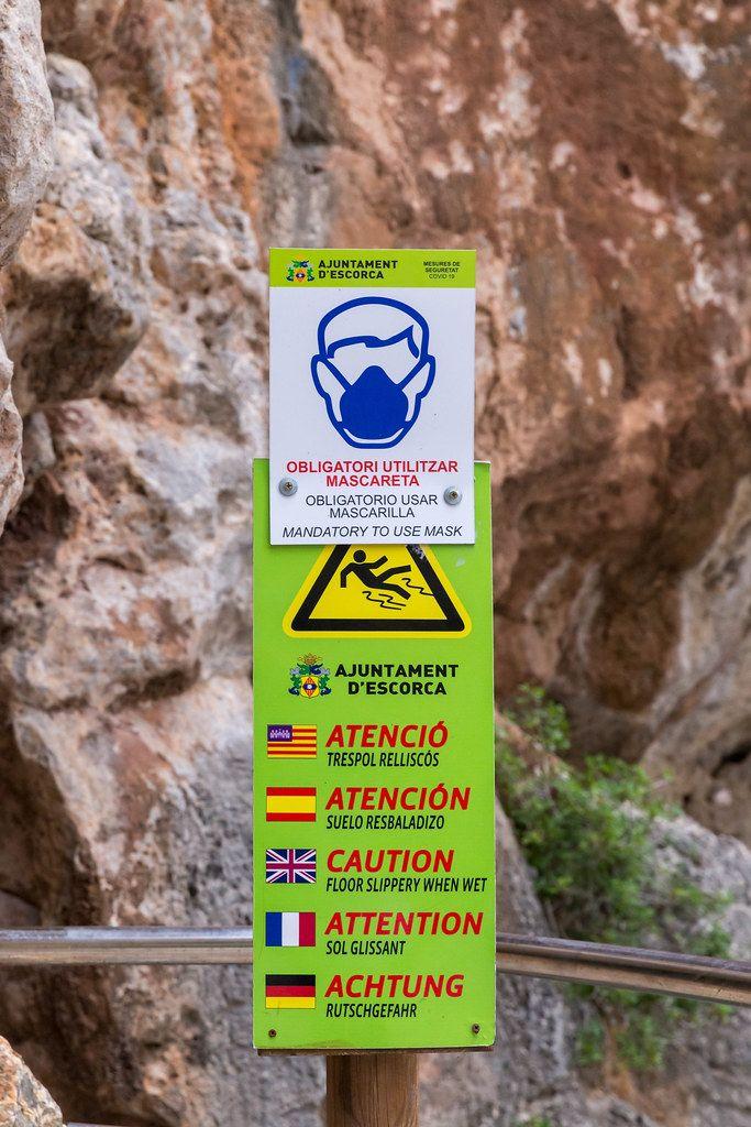 Schild mit Corona-Regeln auf Mallorca im Sommer 2020: Maskenpflicht im Sa Calobra Tunnel
