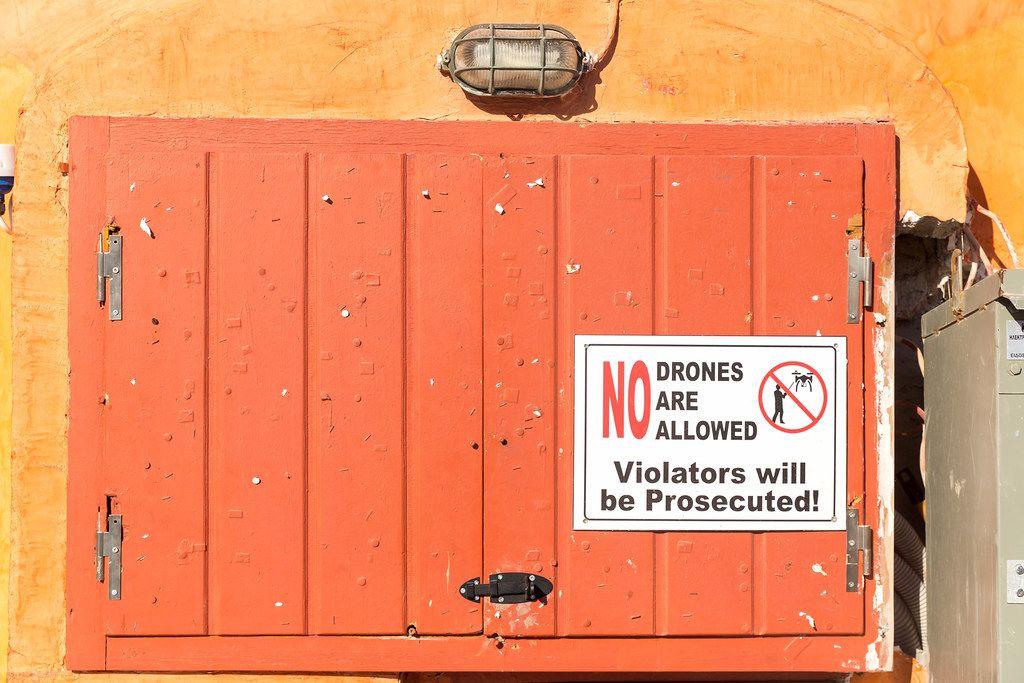 Schild mit Drohnenverbot auf Santorin, Griechenland: Privatsphäre muss geschützt werden