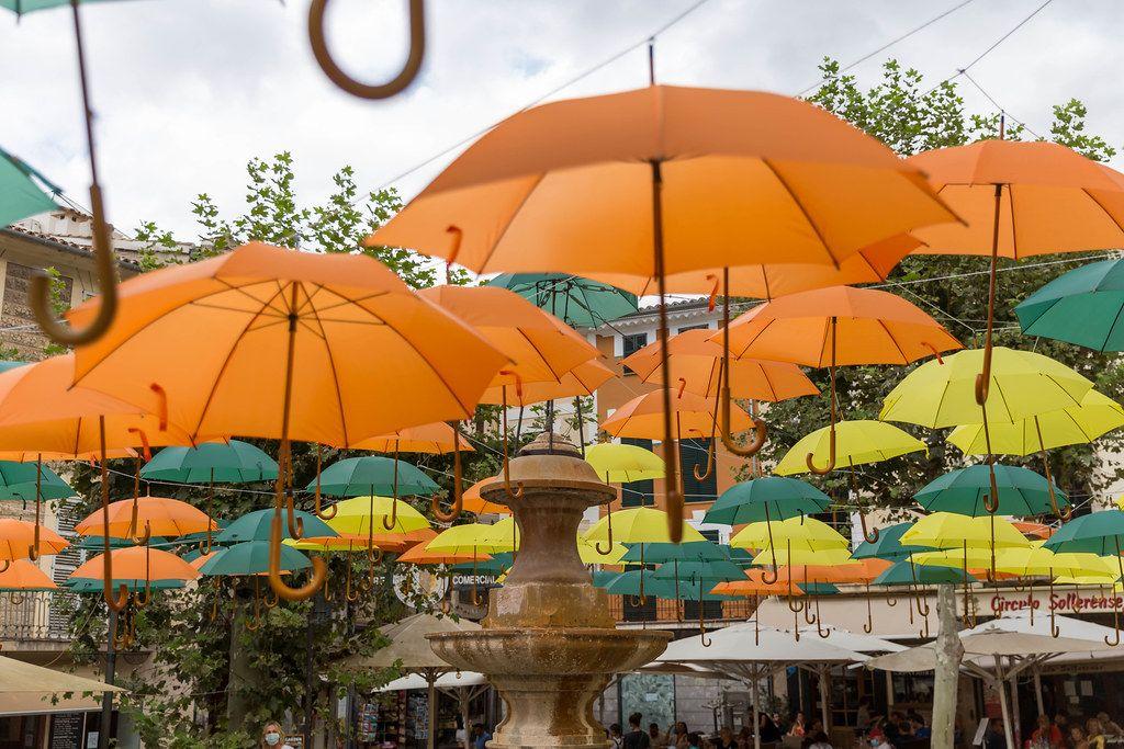Schöner Fotospot auf Mallorca: die Installation von Víctor Balaguer mit bunten Regenschirmen in Sóller