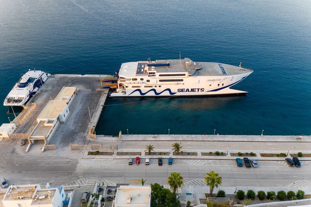 Seajets Fähre und Katamaran am Hafen von Adamantas auf Milos