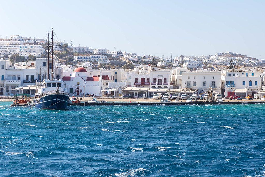 Segelboot und raues Meer am Hafen von Mykonos, Kykladen, Griechenland