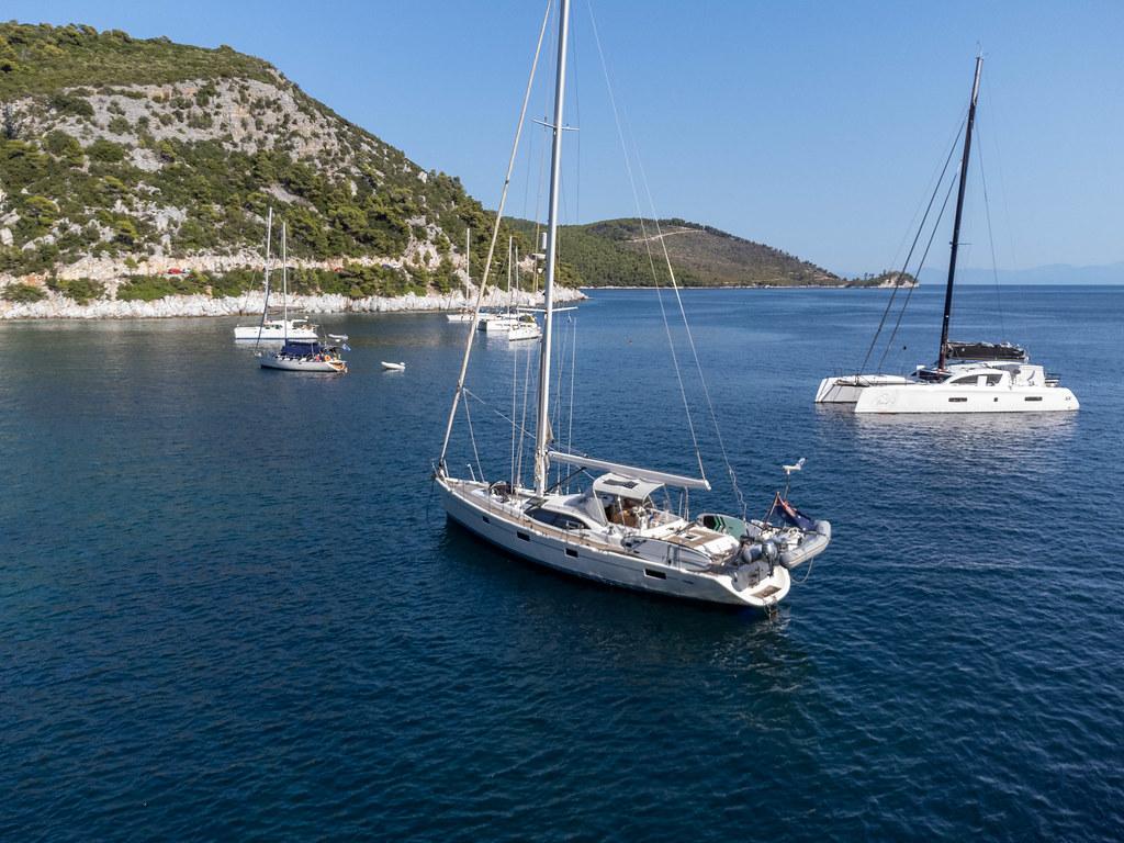 Segelboote in der beliebten Limnonari-Bucht auf Skopelos, Insel der Nördlichen Sporaden
