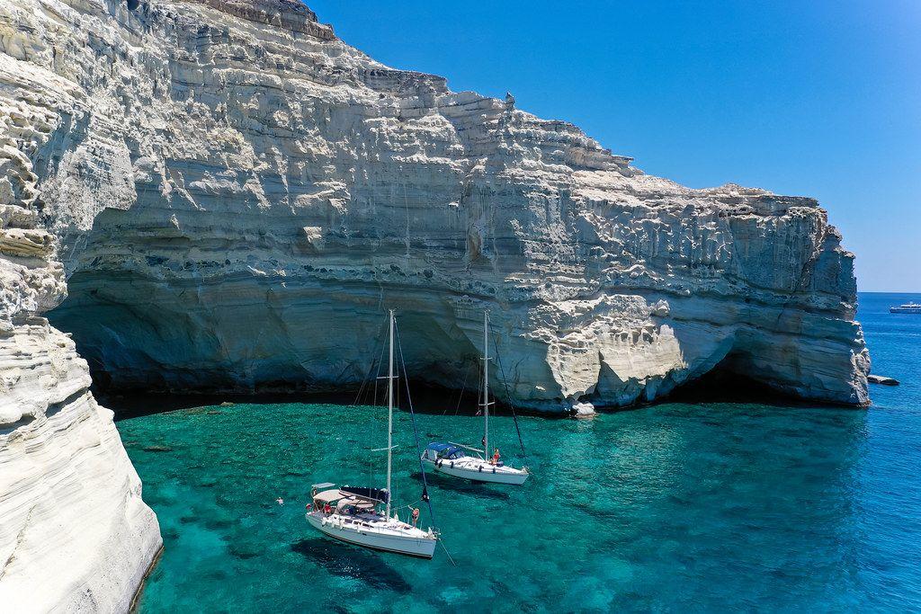 Segelboote vor den Klippen der Räuberbucht Kleftiko (Milos) mit ihren zahlreichen Felsentoren