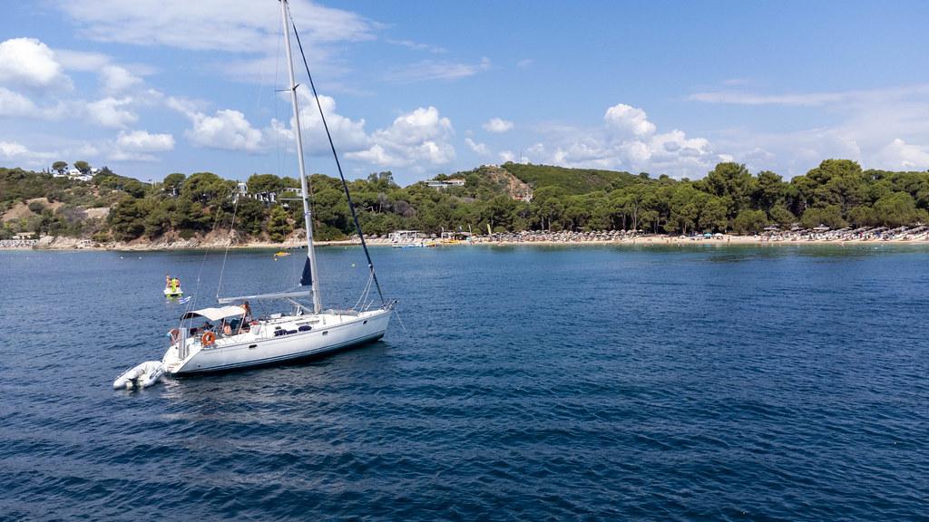 Segelurlaub in Griechenland: Segelboot mit Touristen vor dem Strand Koukounaries, Skiathos
