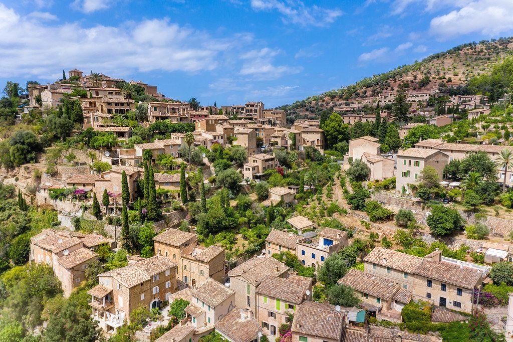 Sehenswert auf Mallorca: das malerische Dorf Valldemossa auf dem Hügel. Drohnenaufnahme
