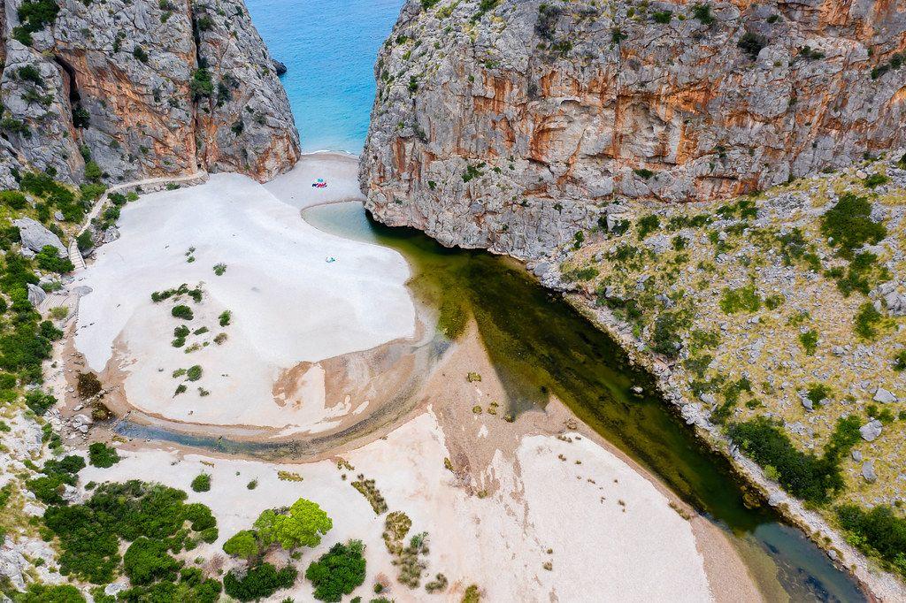 Sehenswert auf Mallorca: der versteckte Strand von Sa Calobra mit dem Torrent de Pareis. Luftaufnahme