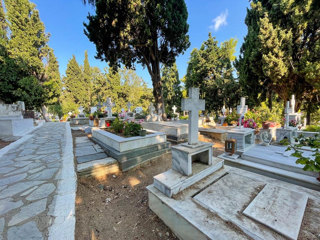 Skiathos Friedhof auf einem Hügel mit Ausblick aufs Meer, mit Gräbern wichtiger griechischer Autoren