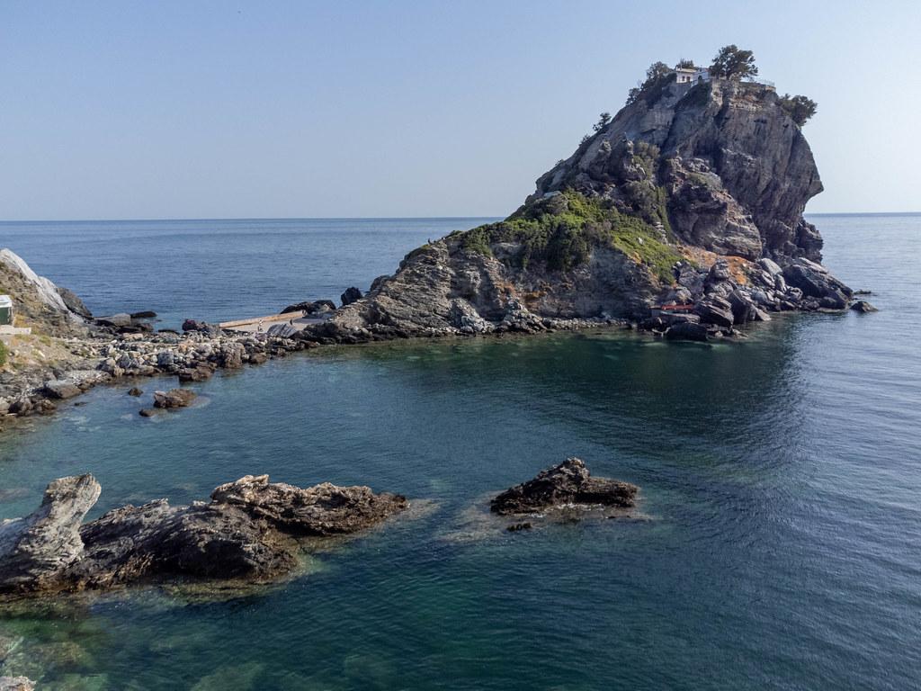 Skopelos: Das kleine Kloster und die Kapelle Agios Ioannis, die sich auf den Felsen direkt am Meer erheben