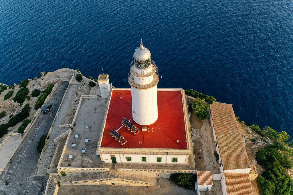 Solaranlagen auf dem roten Dach des Leuchtturms am Cap de Formentor, Mallorca