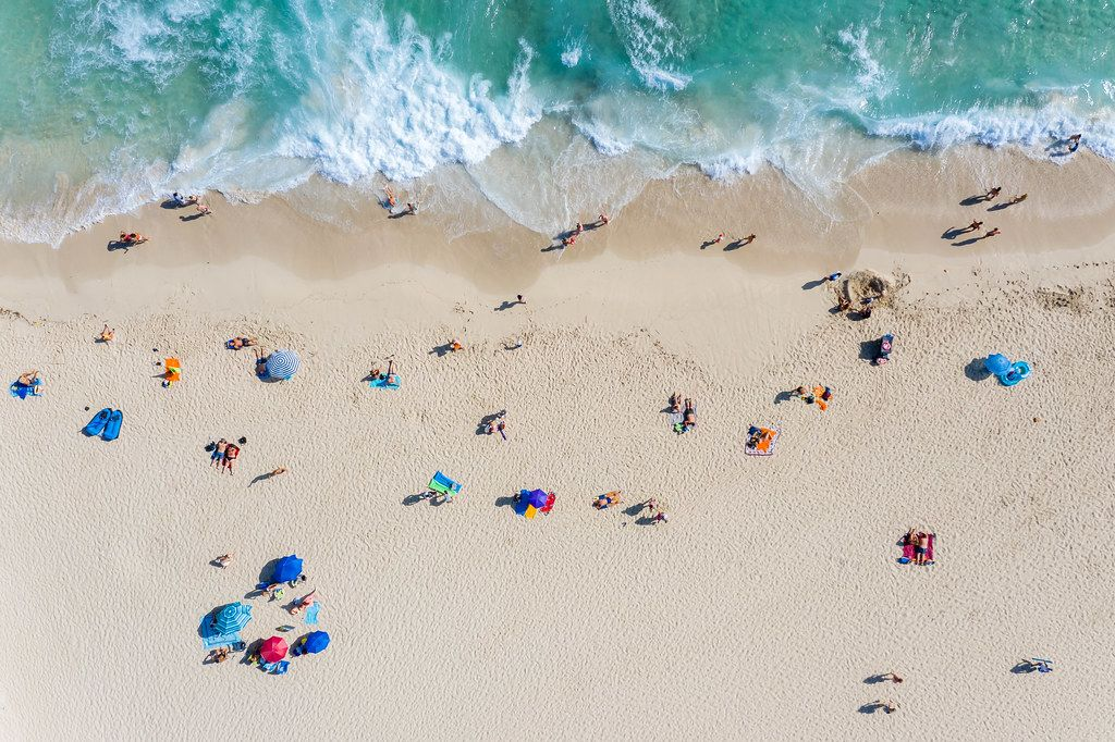 Sommer 2020, Luftaufnahme von Urlaubern in der Sonne am Cala Mesquida Strand auf Mallorca