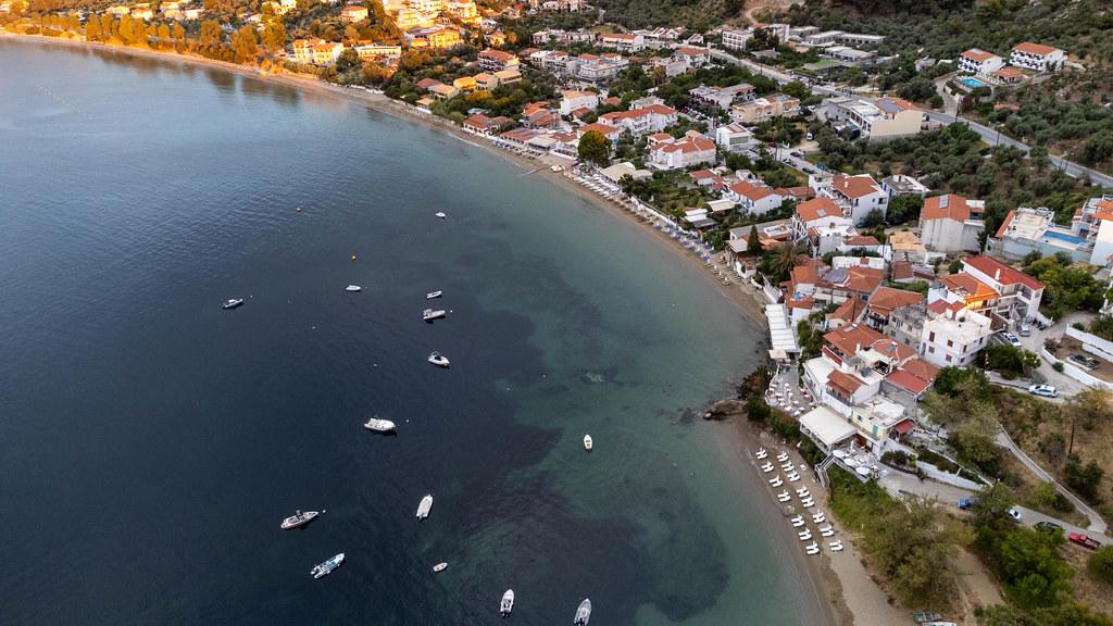 Sommerurlaub 2021 in Griechenland: Boote vor der Küste von Skiathos. Drohnenaufnahme
