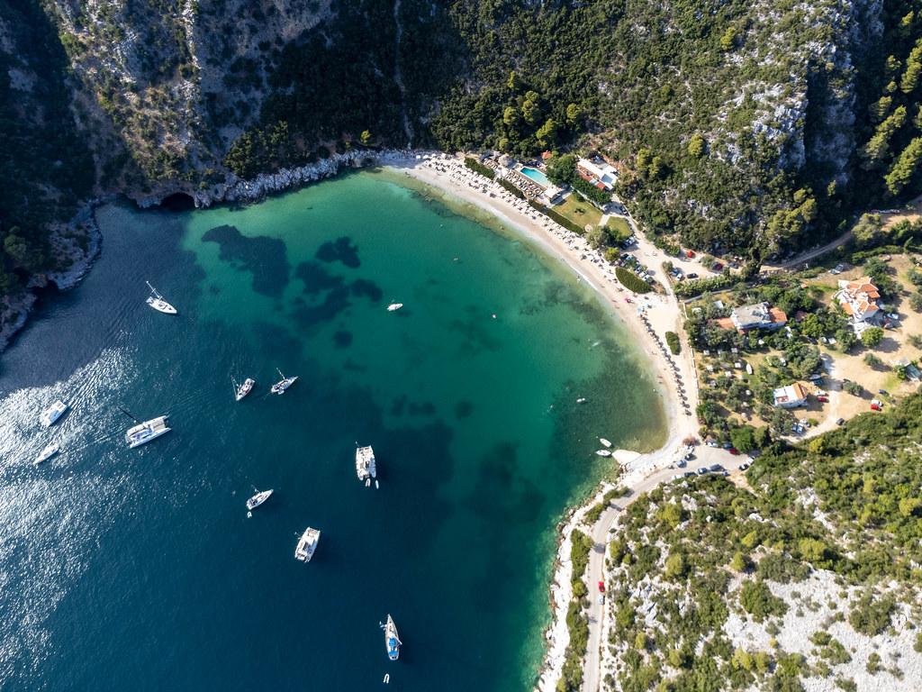 Sommerurlaubsparadies auf griechischer Insel Skopelos: Die Limnonari-Bucht aus der Sicht einer Drohne