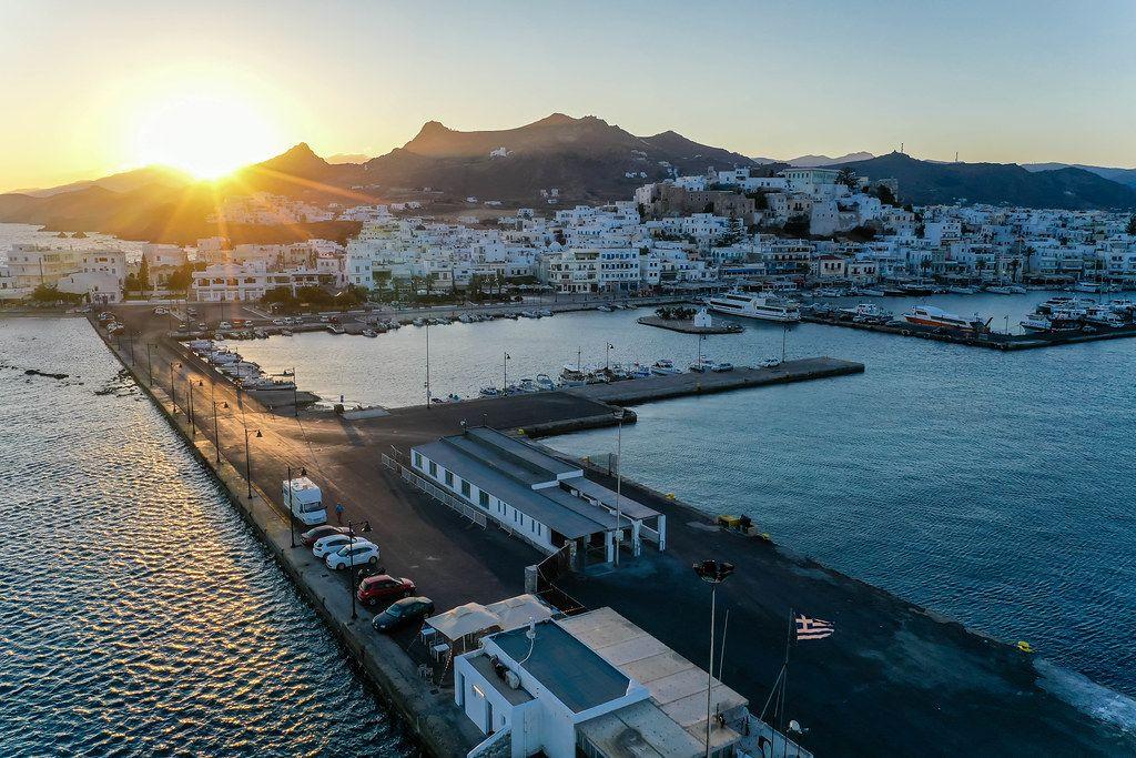 Sonnenuntergang über dem Hafen und der Hauptstadt von Naxos, Chora. Drohnenaufnahme