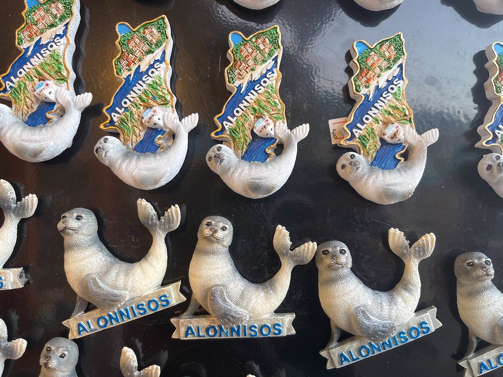 """Souvenir von Alonnisos: Kühlschrankmagnete in Form der kürzlich getöteten Insel-Maskottchen-Robbe """"Kostis"""""""