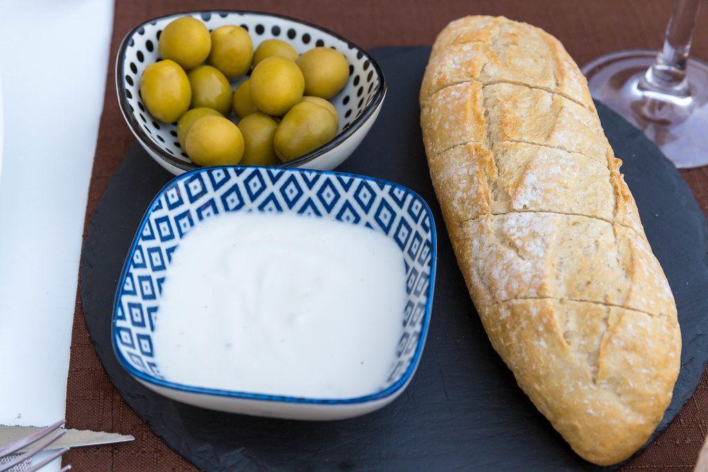 Spanische Tapas: Brot mit Aioli und Oliven beim Restaurant Q11 in Pollença auf Mallorca