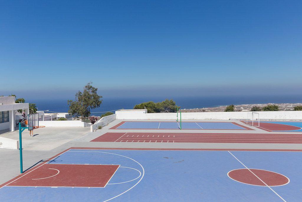 Sportanlage ohne Menschen auf Santorini im Sommer