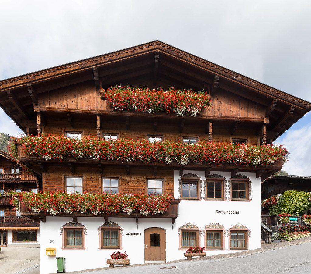 Standesamt und Gemeindeamt in Alpbach, Tirol: typische alpine Bauweise mit Holz und Satteldach