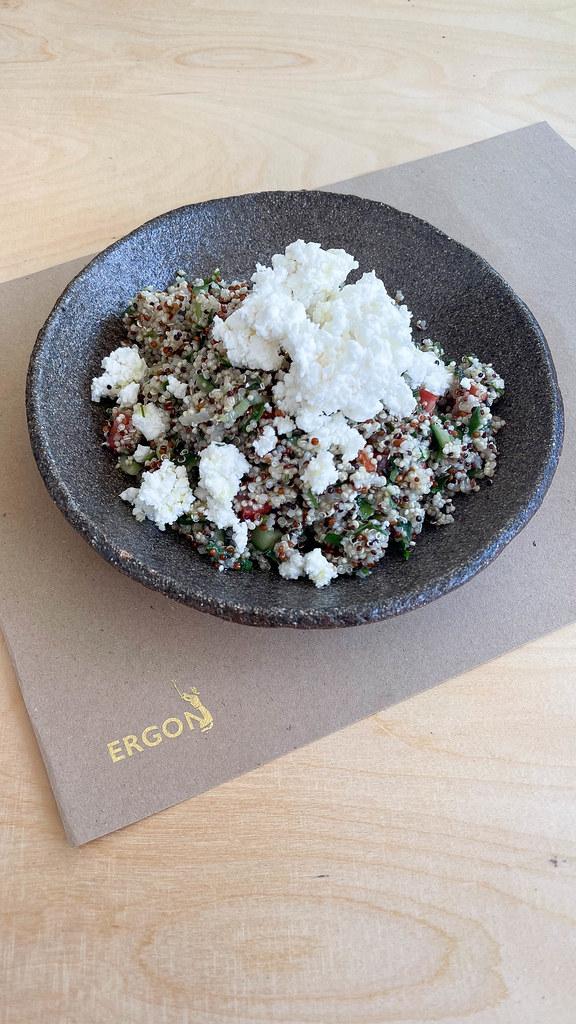 Tabouleh mit Quinoa: veganes Gericht im schwarzen Teller