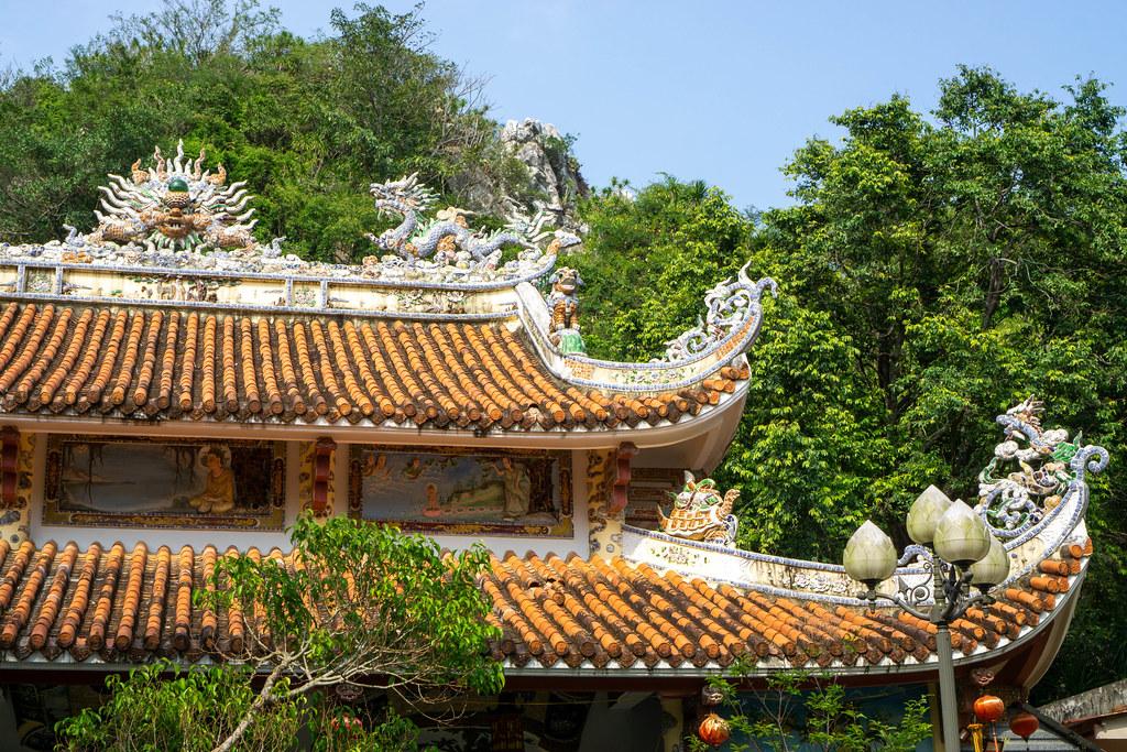 Tam Thai Pagode mit vielen buddhistischen Verzierungen und Bildern der Buddha Geschichte bei den Marble Mountains in Da Nang, Vietnam