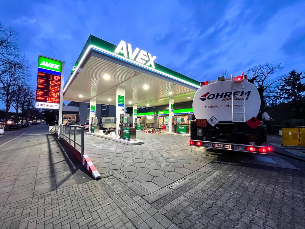 Tankwagen am frühen Morgen bei einer AVEX Tankstelle in Köln