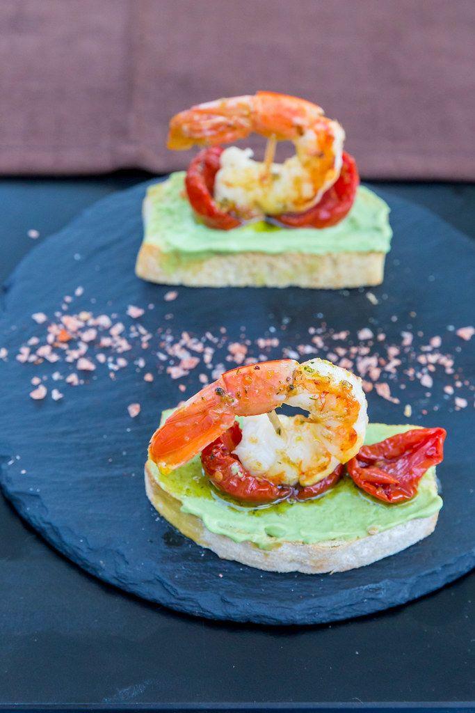 Tapas bei Q11, Pollença, Mallorca: geröstetes Brot, Garnelen, getrocknete Tomaten, Avocadocreme