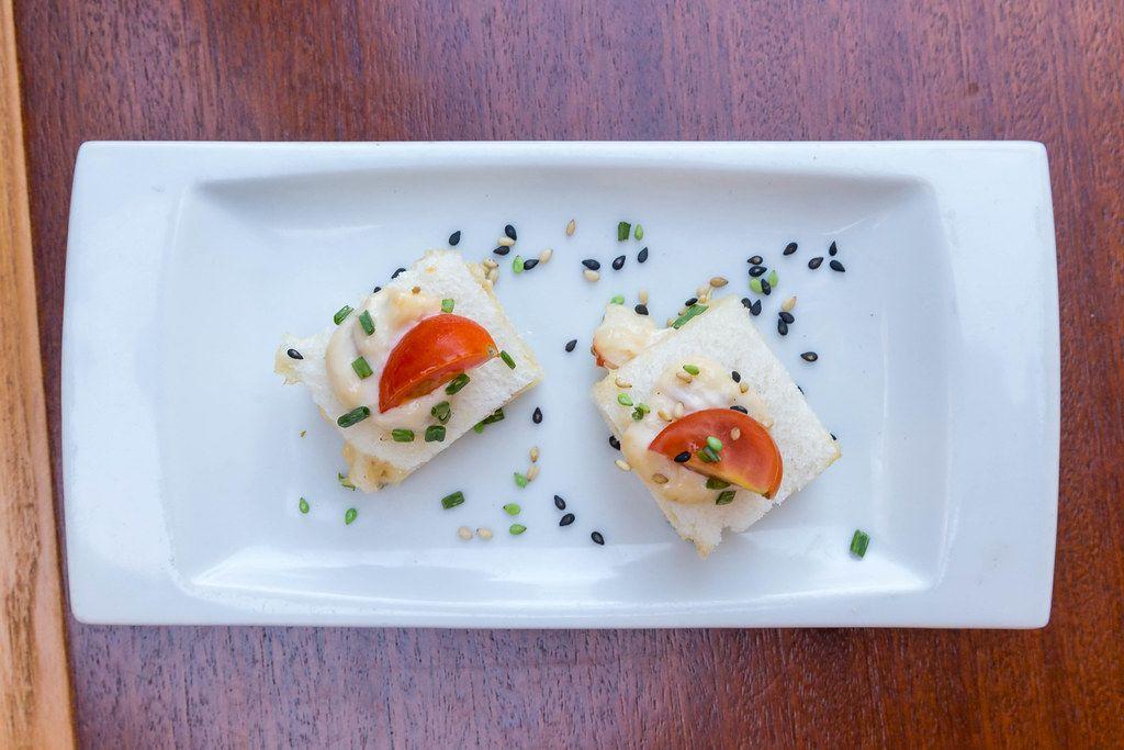 Tapas mit Thunfisch: spanische Vorspeise mit Brot, Kirschtomaten und Kernenmix. Aufnahme von oben
