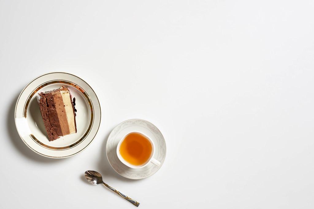 Teepause mit leckerer Torte: weißer Hintergrund mit Platz für Text rechts
