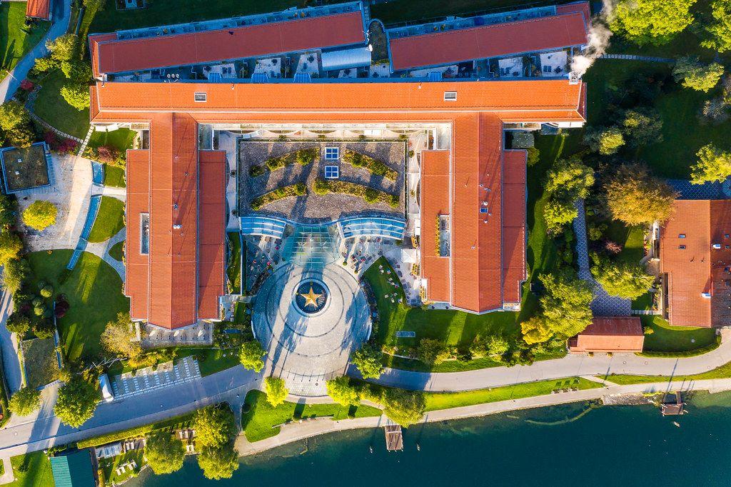 Tegernsee Luxushotel: Luftaufnahme vom Althoff Seehotel Überfahrt mit großem Stern am Eingang