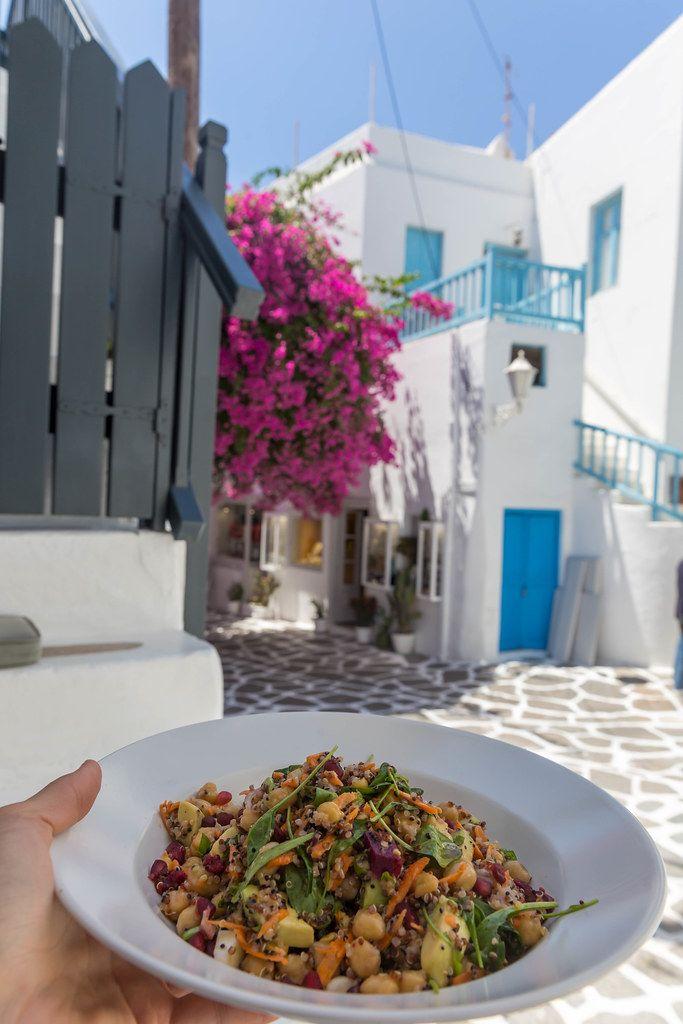 Teller mit Kichererbsen, Quinoa und Gemüse bei Healthylicious. Veganes Restaurant auf Mykonos