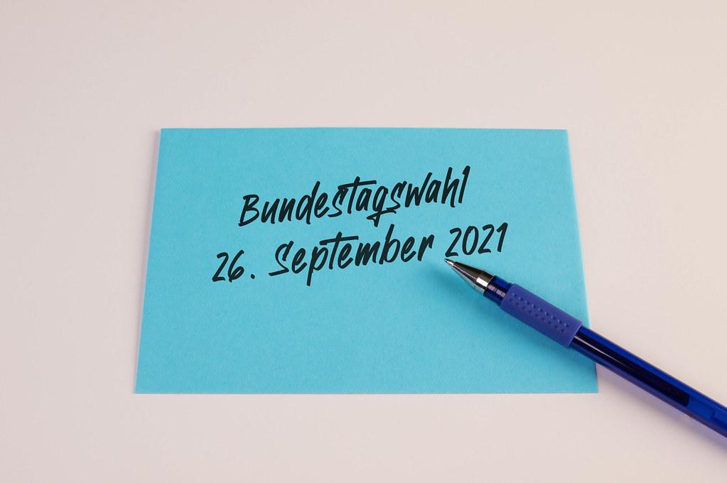 Termin für die nächste Bundestagswahl geschrieben auf Umschlag