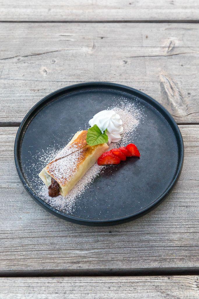 Tex-mex Dessert Chimichanga in veganer Ausführung: Tortilla mit Schokolade und Erdbeeren