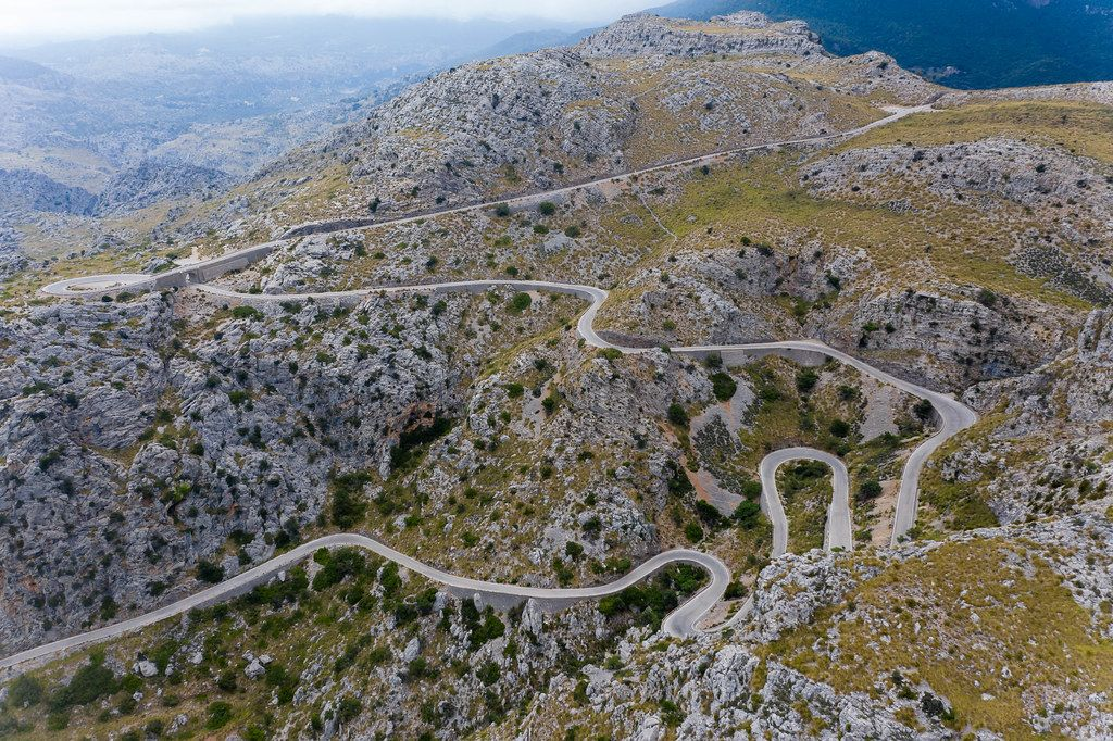 The hairpin turns of Sa Calobra: challenge and dream for cyclists, bikers and adventurous car drivers