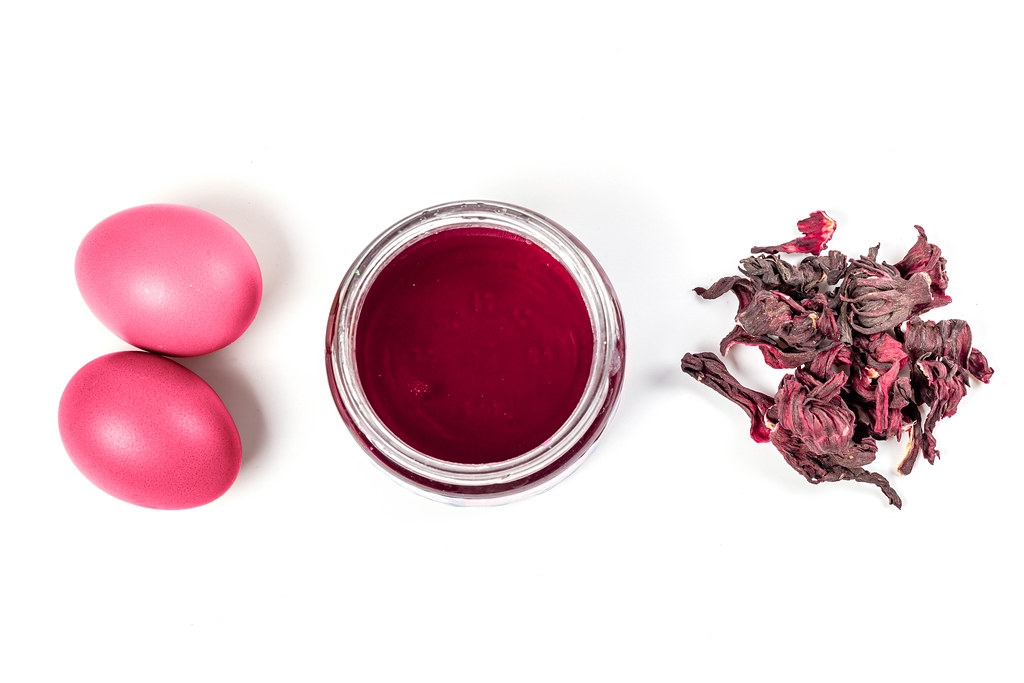 The use of natural tea hibiscus for coloring easter eggs