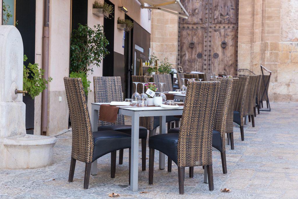 Tische draußen vor dem Restaurant Q11 in Pollença, Mallorca: italienisch-mediterrane Fusionsküche