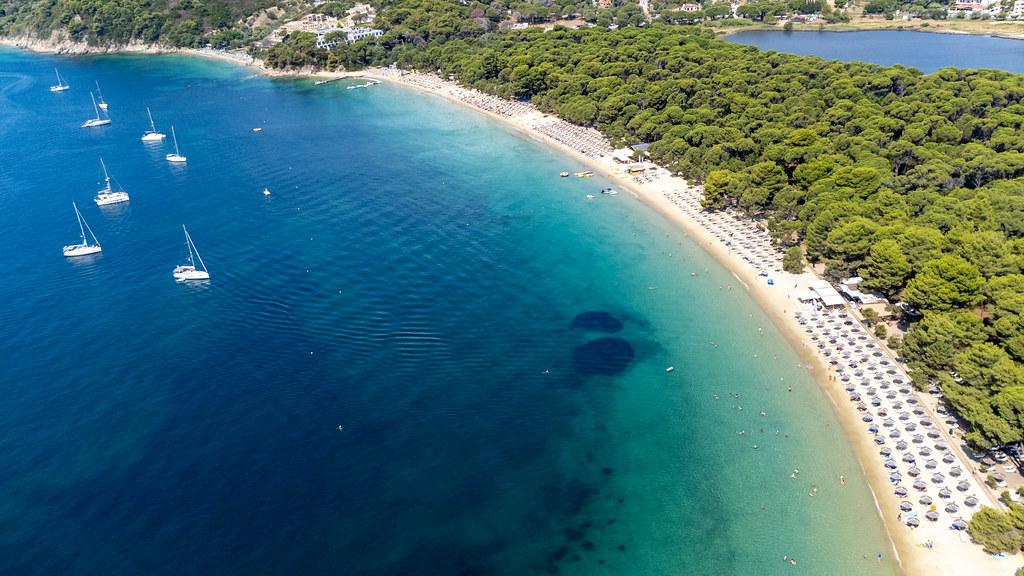 Top 10 Strände in Griechenland: Luftaufnahme von Koukounaries, beliebtester Strand Skiathos