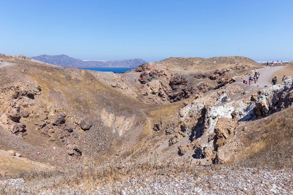 Touristen besuchen den Krater auf Santorin: vulkanischen Boden und herrliche Landschaft