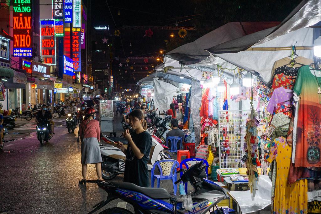 Touristen shoppen auf dem Ninh Kieu Nachtmarkt mti vielen Verkaufsständen und Straßenküchen in Can Tho, Vietnam