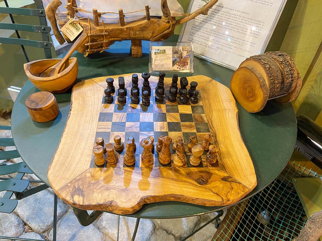 Traditionelle handgefertigte Produkte auf Skiathos, Griechenland: ein hölzernes Schachbrett und mehr