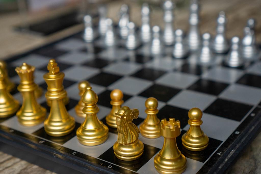 Tragbares Magnetisches Schachbrett mit goldenen und silbernen Schachfiguren in Grundstellung Nahaufnahme
