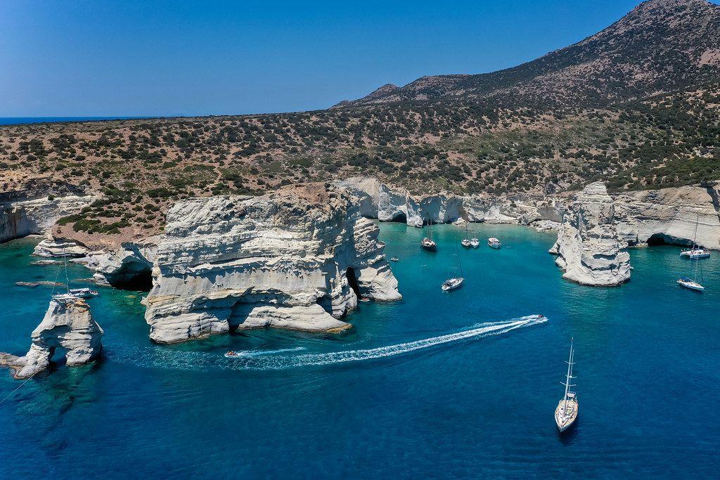 Traumhafte Landschaft auf Milos: Kleftiko Bucht. Luftaufnahme mit Segel- und Motorbooten