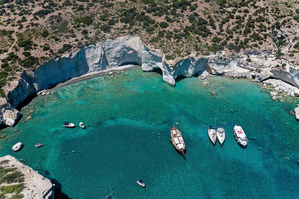 Traumhaftes Reiseziel in Griechenland. Luftbild: die Bucht von Kleftiko auf Milos, südlicher Ägäis