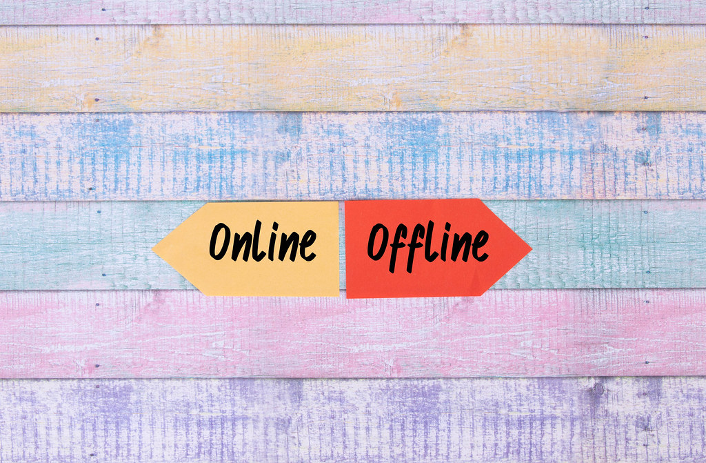 Two arrows with Online and Offline text