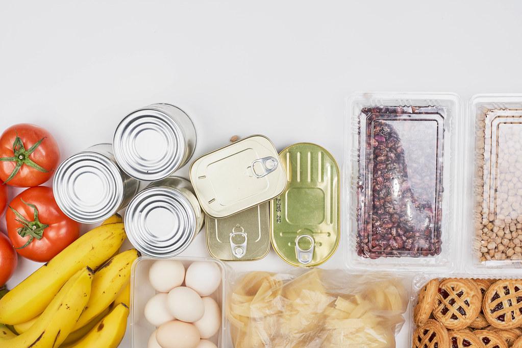 Überlebensnahrung: Notration für bedürftige Menschen mit Eiern, Nudeln, Dosen, Bananen