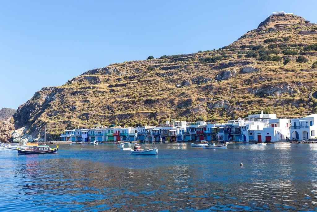 Urlaub auf der griechischen Insel Milos: die kleine Siedlung von Klima mit farbenfrohen Fischerhäusern