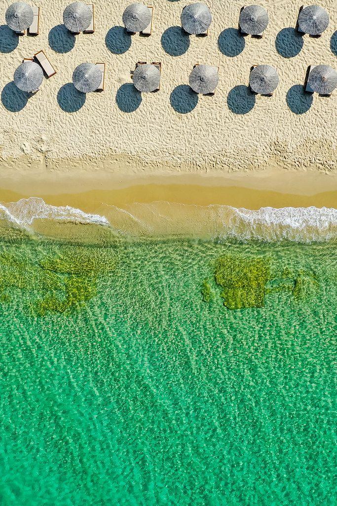Urlaub auf Naxos, Griechenland. Sommer 2020, der Strand von Plaka ohne Menschen. Luftbild