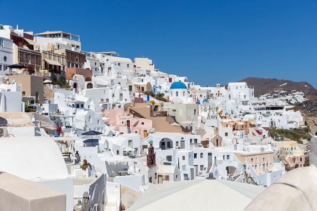 Urlaub auf Santorin, Griechenland: das Dorf Oia mit den vielen weißen Häusern und blauem Himmel