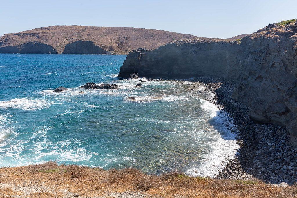 Urlaub in der Natur. Steile Klippen, raues Meer und keine Menschen. Nordküste von Milos, Griechenland