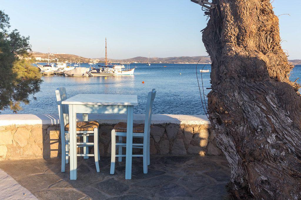 Urlaub in Griechenland, blauer Tisch mit Meerblick. Restaurant auf Milos