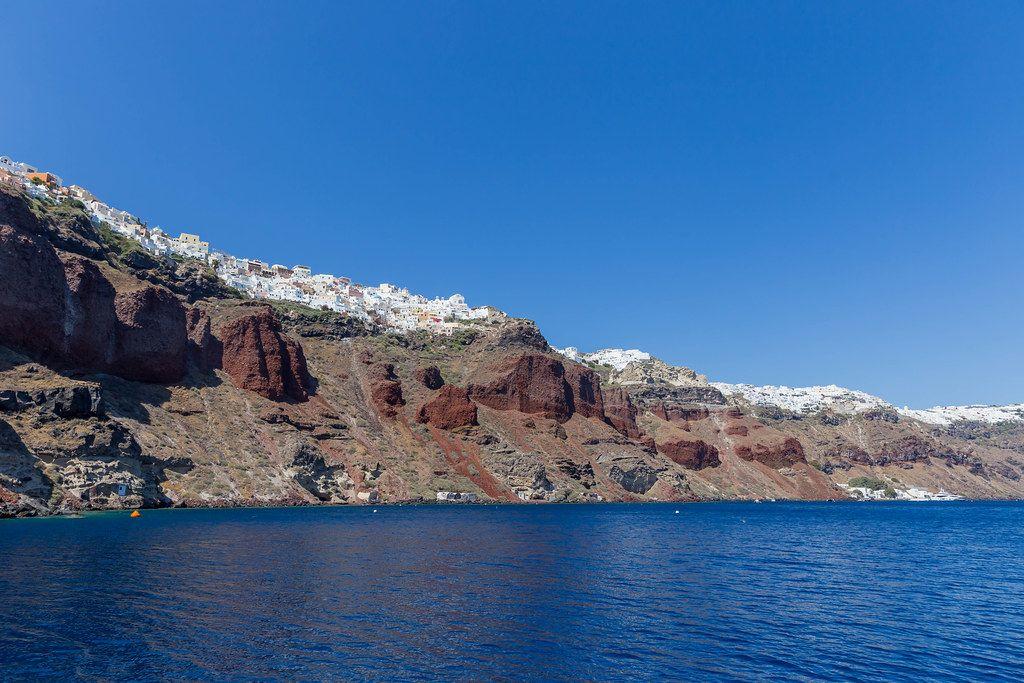 Urlaub in Griechenland: Bootfahrt mit Blick auf der wunderschönen Küste von Santorin
